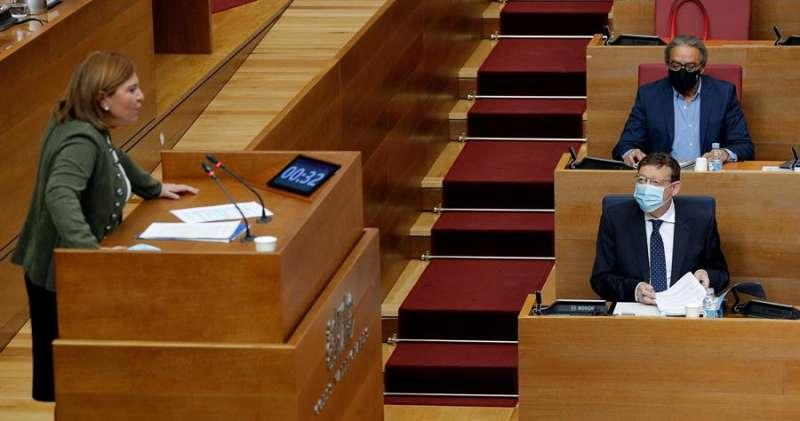 La portavoz del grupo popular, Isabel Bonig, pregunta al president de la Generalitat, Ximo Puig, sobre las medidas para mejorar la situación económica, sanitaria y social de la Comunitat Valenciana. EFE/Manuel Bruque