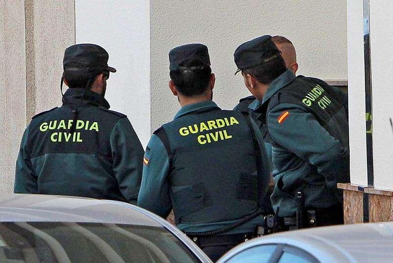 Varios agentes de la Guardia Civil durante una operación. EFE/Archivo