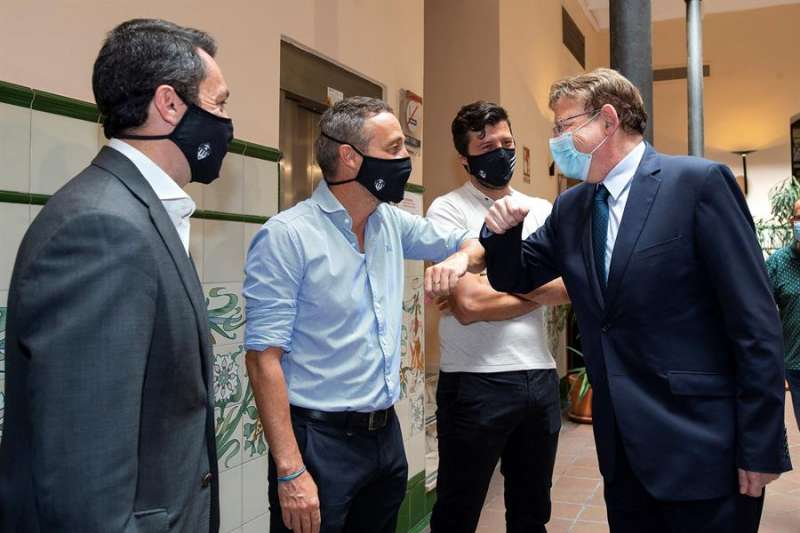 El president de la Generalitat, Ximo Puig, saluda al técnico del CD Castellón, Oscar Cano. EFE