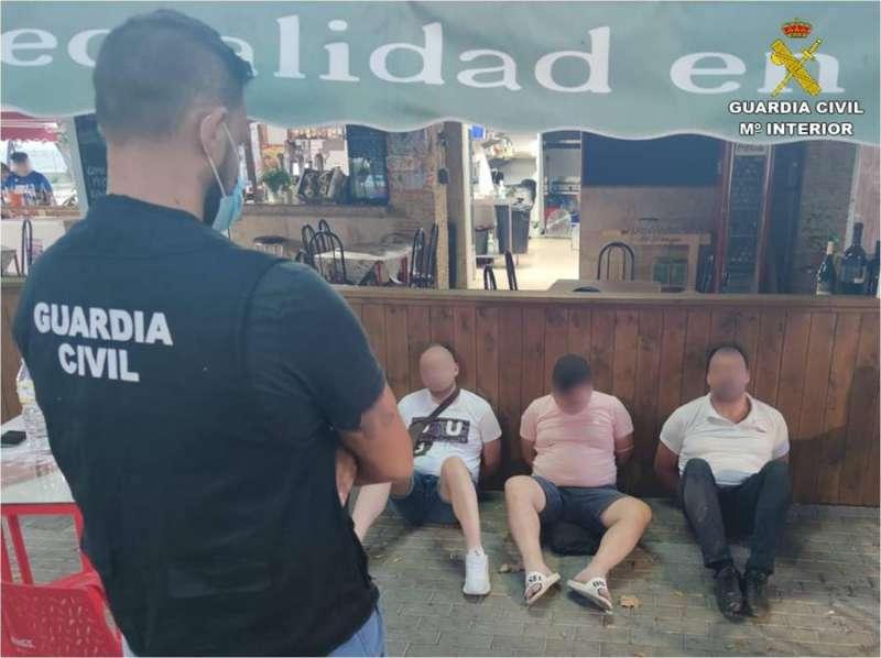 Algunos de los detenidos, en una imagen de la Guardia Civil. EPDA