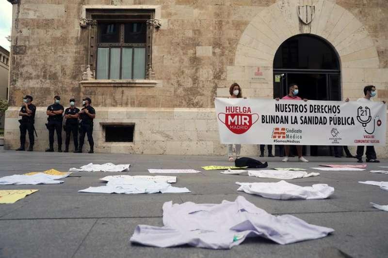 Los MIR valencianos siguen en huelga laboral y han protagonizado una nueva concentración de batas médicas ante el Palau de la Generalitat en protesta por su situación. EFE/Ana Escobar