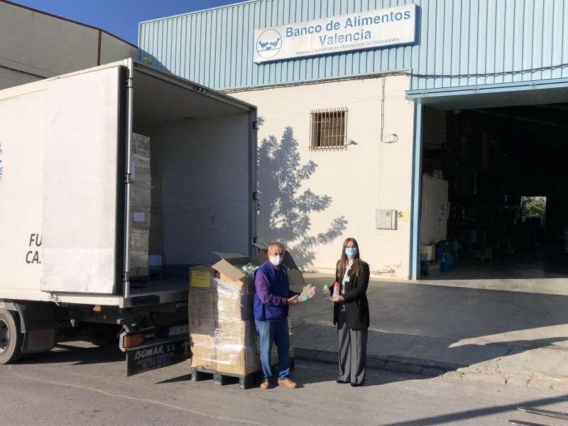Jaime Serra, del Banco de Alimentos, y Andrea Gómez, de Mercadona, durante la entrega