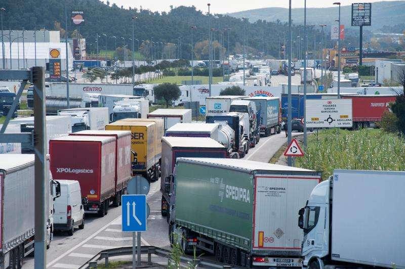 Aspecto de las recientes colas en la frontera con Francia, que alcanzan los 14 kilómetros debidas a las protestas en Francia por el alza del precio de los carburantes, que han atrapado a entre 3.000 y 4.000 camiones en áreas de servicio y polígonos industriales de Cataluña. EFE/Archivo