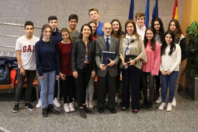 El catedrático, con los alumnos. EPDA