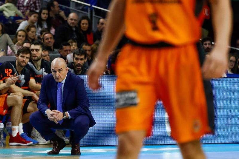El entrenador del Valencia Basket, Jaume Ponsarnau, sigue un partido. EFE/Archivo