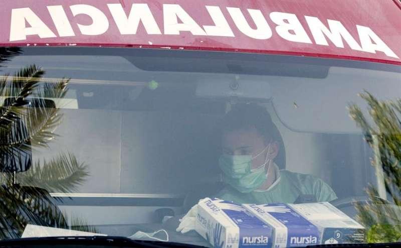 Un conductor de ambulancia llega a un hospital de la Comunitat Valenciana en una imagen de archivo. EFE/Kai Försterling