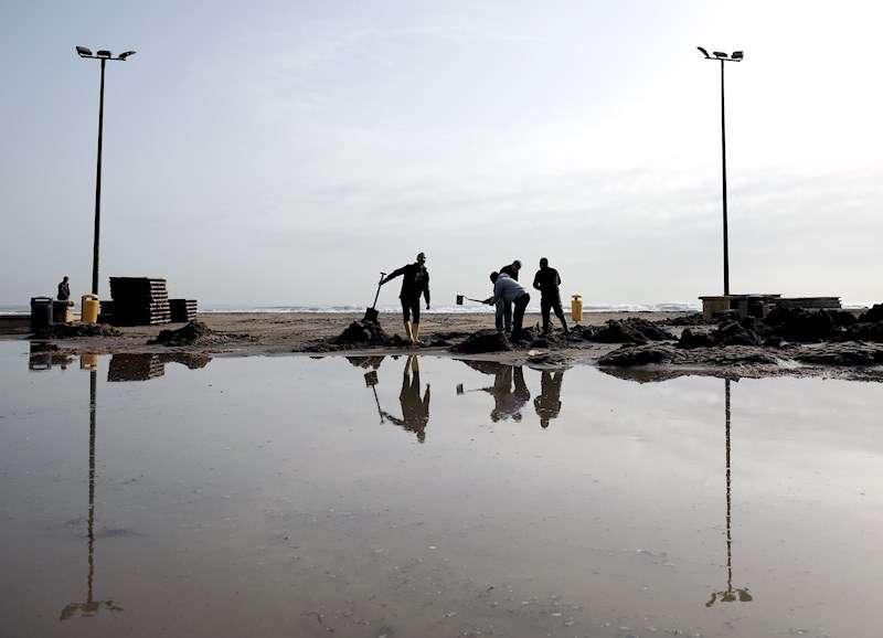 Varios operarios trabajan en la Playa de las Arenas en València tras el paso de la borrasca
