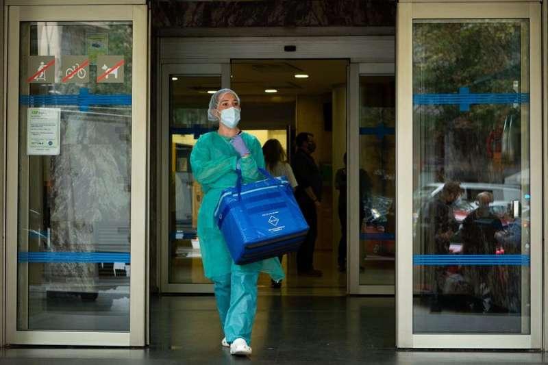 Una profesional sanitaria sale del Centro Atención Primaria (CAP) . EFE/ Enric Fontcuberta /Archivo