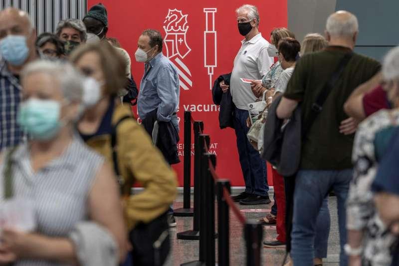 Varias personas guardan cola para recibir la segunda dosis de la vacuna contra la covid-19 de Pfizer, en una imagen del 1 de junio. EFE/Biel Aliño/Archivo