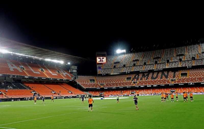 Calentamiento de los jugadores en un campo vacío de Mestalla, hoy domingo en Valencia, antes del partido de la primera jornada de Liga en Primera División que disputaron Valencia CF y Levante UD. EFE/ Juan Crlos Cárdenas