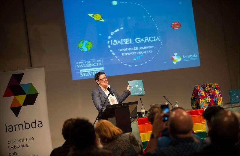 La responsable del área de Igualdad, junto con la coordinadora general de Lambd, ha presentado el cuento ?El viaje de Flop?. EPDA