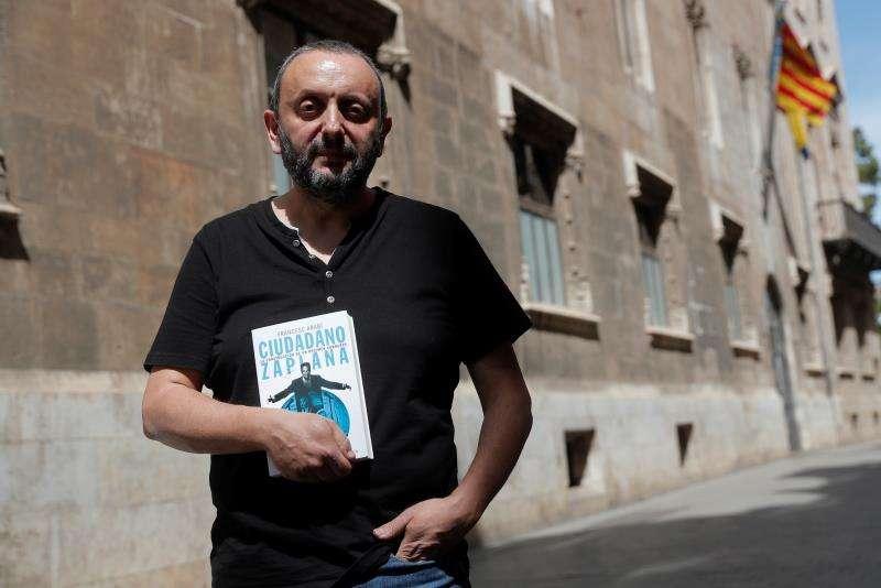 Quico Arabí, con el libro sobre Zaplana. EFE