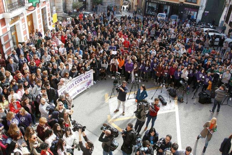 Imagen de la concentración celebrada ayer junto al ayuntamiento de Callosa d?En Sarrià (Alicante), para expresar su repulsa a la supuesta agresión sexual de cuatro individuos a una joven de 19 años durante la noche de Nochevieja. EFE