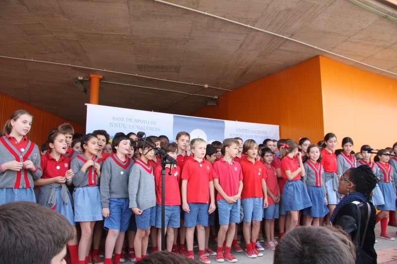Los alumnos de Edelweiss School en una actuación musical en la base de Naciones Unidas. EPDA