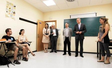 Fabra visita el centro de idiomas de la Universitat de València. Foto EPDA