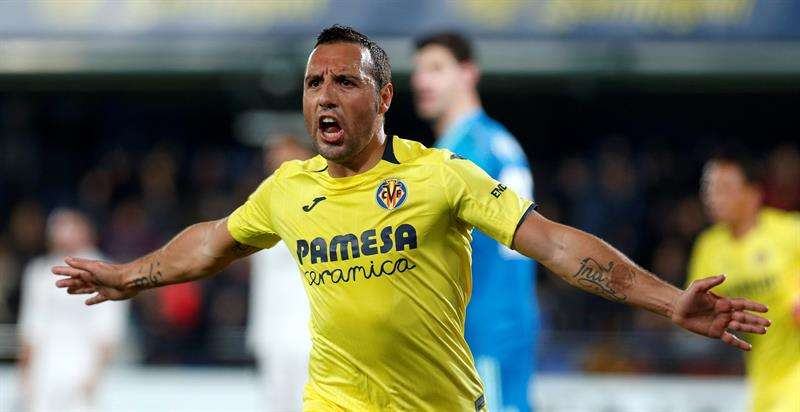 El centrocampista del Villarreal Santiago Cazorla celebra su segundo gol, y segundo del equipo ante el Real Madrid, durante el partido aplazado de la jornada 17 de Liga en Primera División que se disputa esta noche en el estadio de la Cerámica. EFE