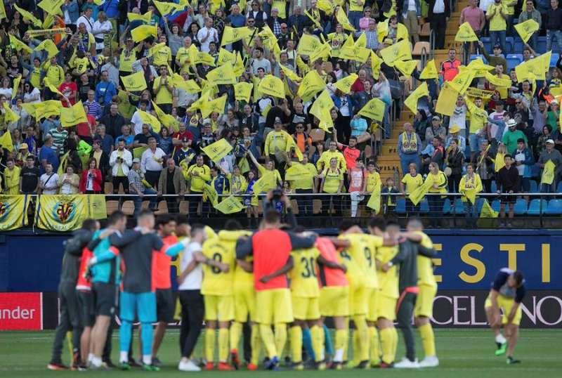 Los jugadores del Villarreal, en el estadio de La Cerámica, ante su afición. EFE/Domenech Castelló