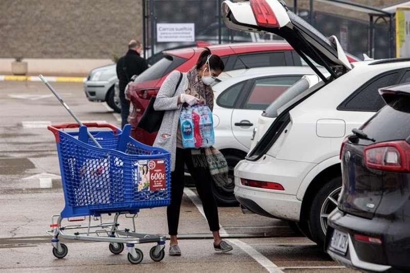 Un mujer carga la compra en el coche. EPDA