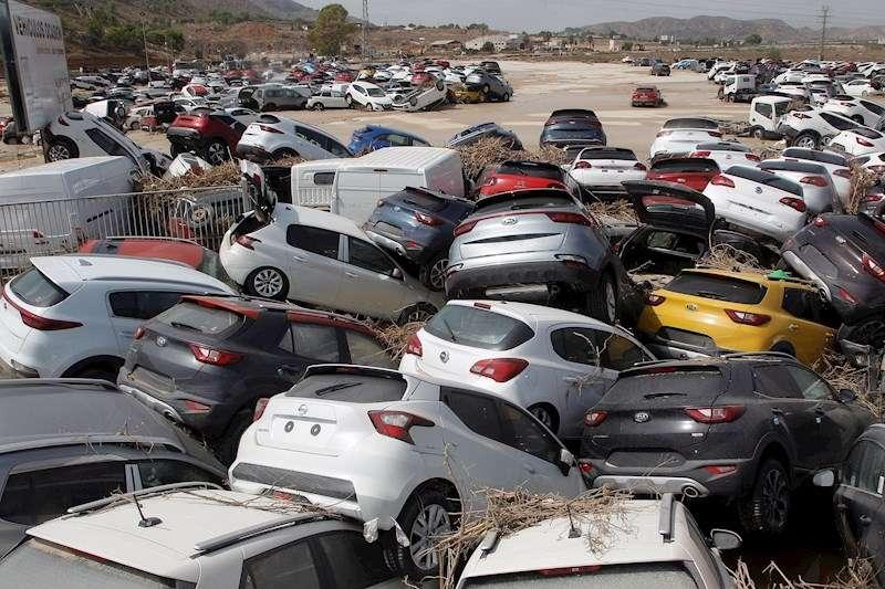 Cientos de coches arrasados por la avenida de agua provocada por el desbordamiento del río Segura.EFE/MORELL/Archivo