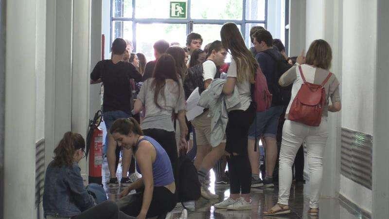 Algunos estudiantes esperan antes de realizar los exámenes de la PAU. EFE