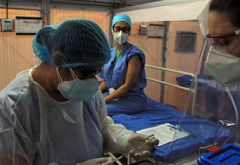 Personal sanitario recibe la vacuna contra la covid-19. EFE/Archivo