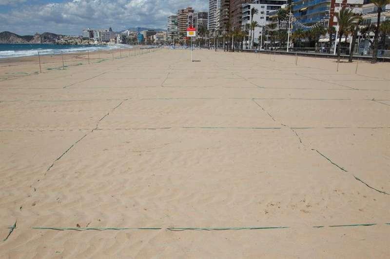 Los operarios terminan estos días de colocar postes y las cuerdas de color azul para delimitar los espacios. EFE