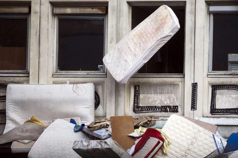 Imagen de archivo de varios colchones abandonados en una calle. EPA/ ETIENNE LAURENT