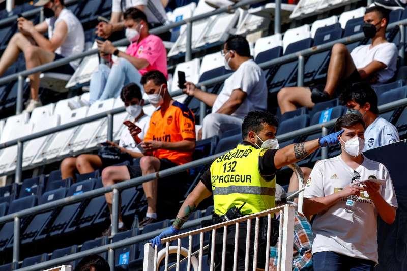 Aficionados ocupan sus asientos antes de dar comienzo un partido de Liga en Primera División en el estadio Mestalla. EFE/Biel Aliño/Archivo