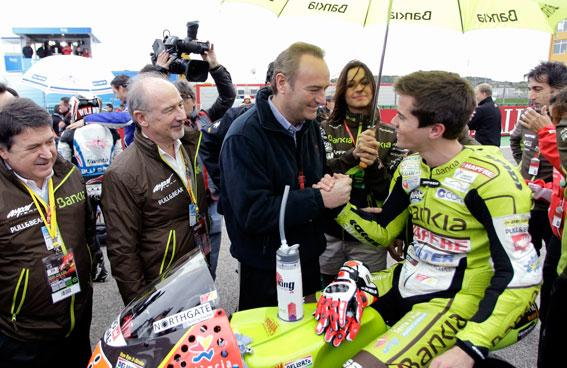 Fabra felicita a Terol en presencia de Rato y Olivas, de Bankia. FOTO GVA