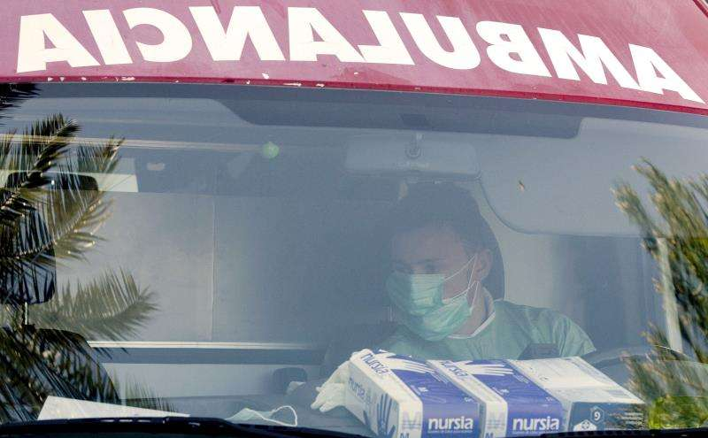 Una ambulancia presta auxilio en una urgencia sanitaria en València. EFE/Archivo