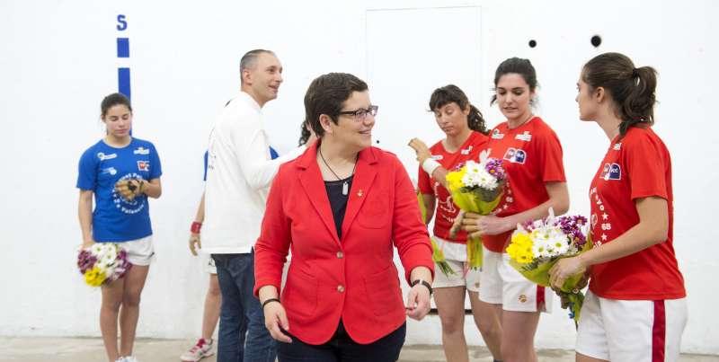 Isabel García asiste al la 1ª partida femenina de raspall en Pelayo. Foto Abulaila.