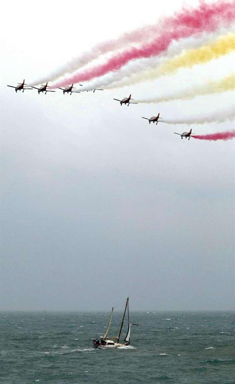 Varios cazas ensayan sobre el aeropuerto de Alicante gracias a la falta de tráfico aéreo. EFE