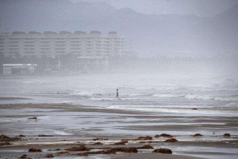 La playa de La Malva-rosa de València, en un día de lluvia. EFE/Archivo