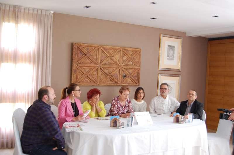 La alcaldesa de El Puig, Luisa Salvador, la concejala de Turismo y representantes de los restaurantes, en la presentación. FOTO EPDA