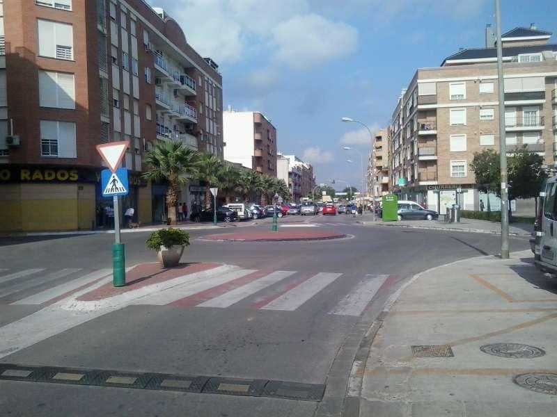 Una de las calles más transitadas del municipio, en la que hace días no hay tráfico. / EPDA