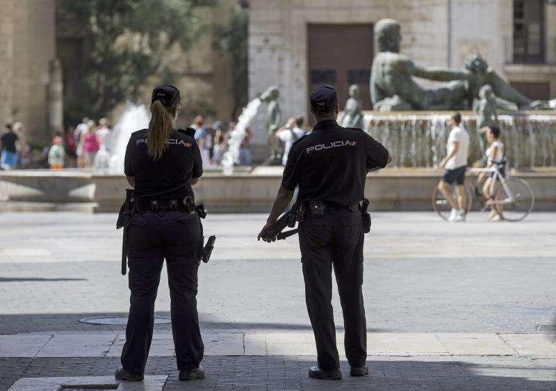Dos agentes de la Policía Nacional patrullan por la Plaza de la Virgen de Valencia. EFE/Archivo