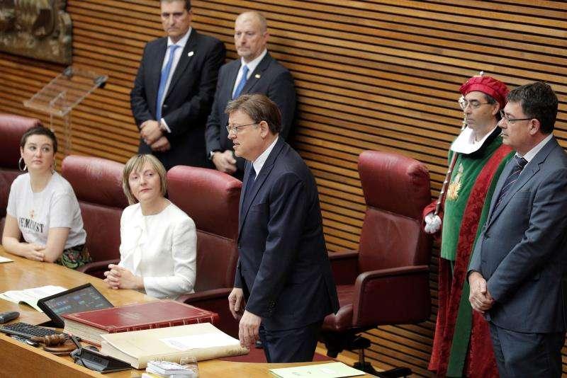 Ximo Puig ante la atenta mirada de María José Salvador. EFE