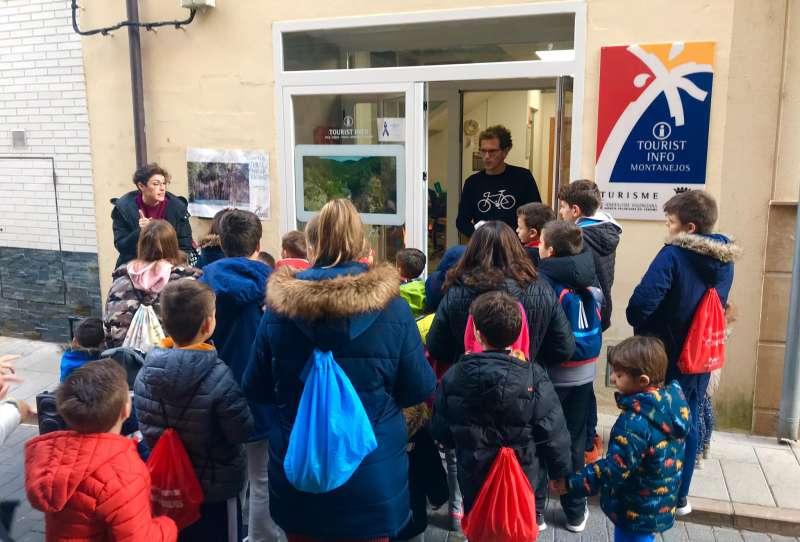 Niños y Niñas recogiendo donativos