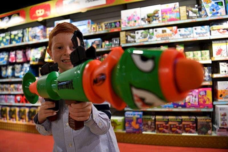 Un niño con un juguete en una tienda de juguetes. EFE/Archivo