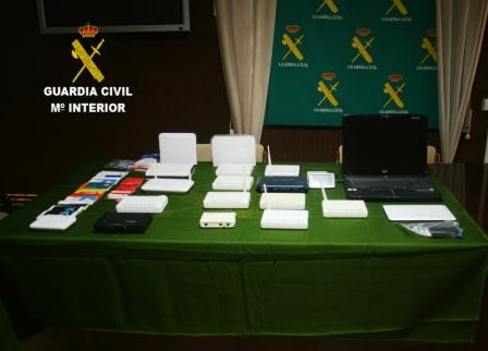 Los agentes incautaron un ordenador portátil,teléfonos móviles, routers, una tablet, libretas de ahorro y documentación de transacciones bancarias. FOTO: GC