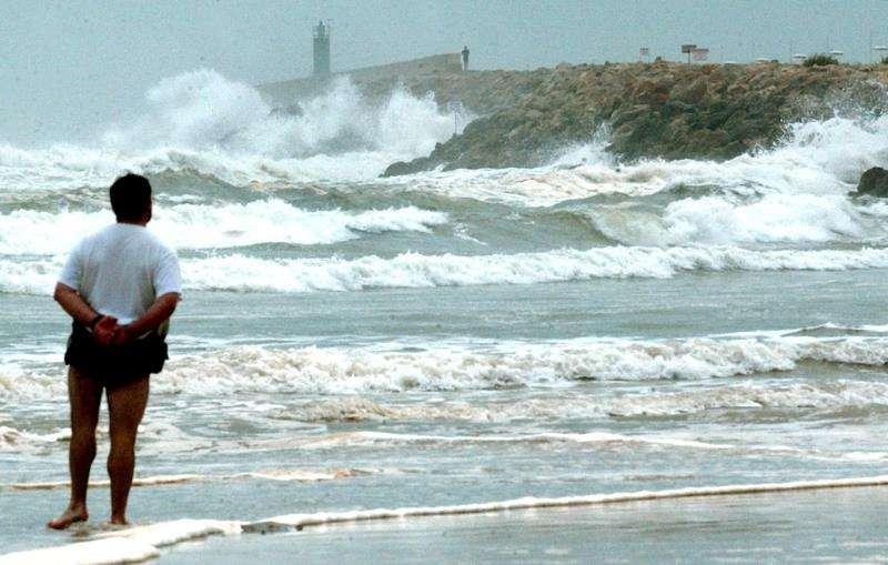 Un hombre observa el temporal en la playa de Gandia en una imagen de archivo. EFE/J.C.CARDENAS.