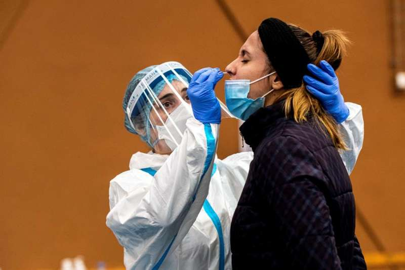 Empleados sanitarios llevan a cabo un cribado. EFE/ Cati Cladera/Archivo