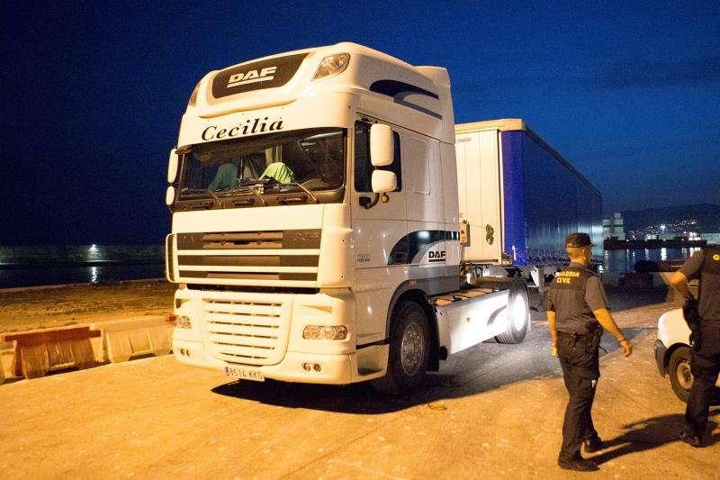 Un agente de la Guardia Civil controla el paso de un camión. EFE/Archivo