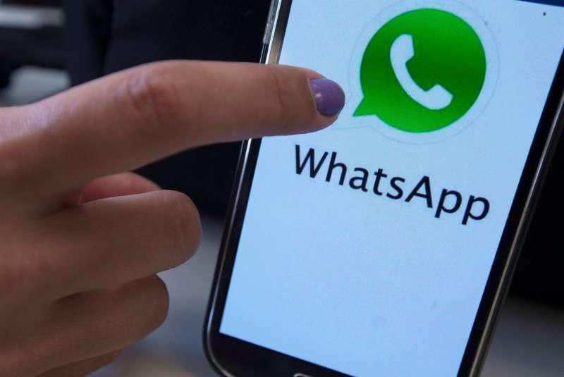 Fotografía de la aplicación de WhatsApp en un teléfono. EFE/Archivo
