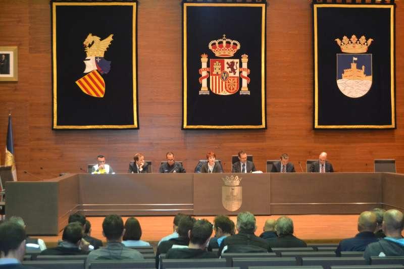 El alcalde, Rafael Albert, y la concejala de Deportes, Sonia Bellés, presentes en el salón de plenos