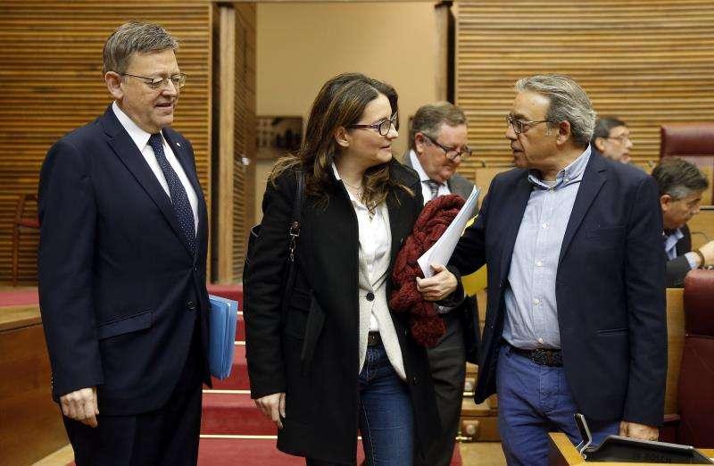 El president de la Generalitat, Ximo Puig, la vicepresidenta, Mónica Oltra, y el portavoz del PSPV-PSOE, Manuel Mata (d). EFE/Archivo