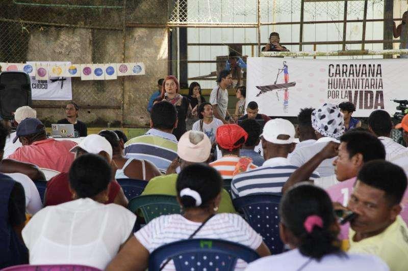 Charla en uno de las paradas de la caravana humanitaria. EFE