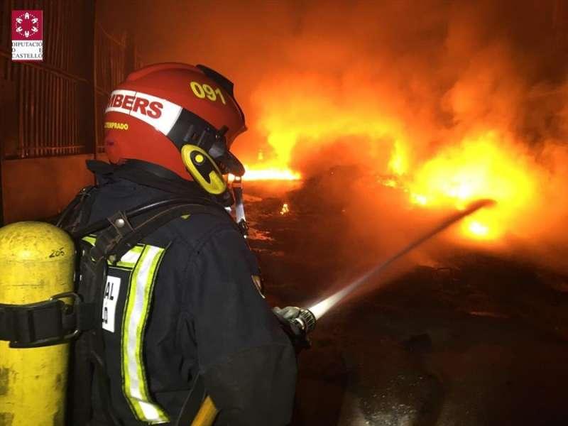 Un bombero trabaja en la extinción del incendio, en una imagen cedida por el Consorcio Provincial de Bomberos de Castellón. EFE