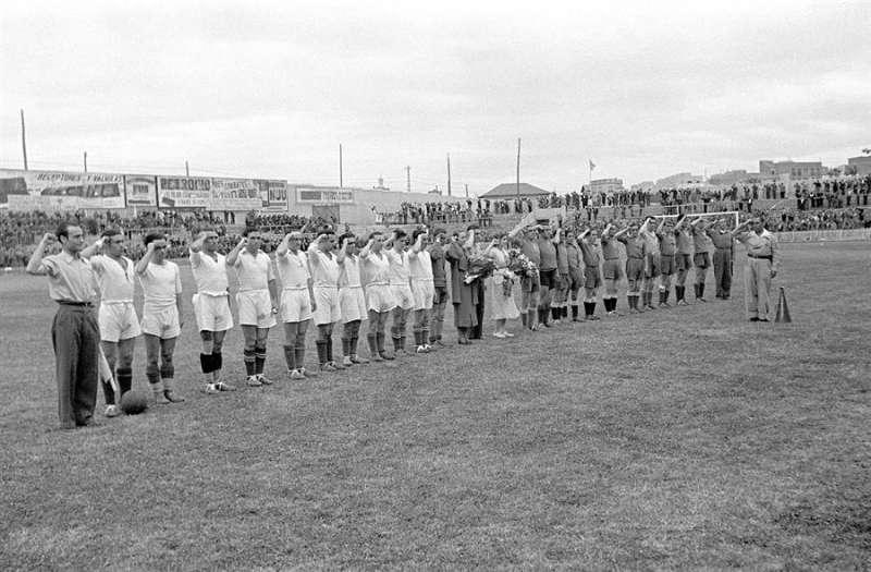 Equipos de fútbol saludan con el puño en alto antes de iniciar un partido en el estadio de Chamartín, como homenaje a la 21ª Brigada Mixta en mayo de 1937, en plena Guerra Civil y en zona republicana. EFE