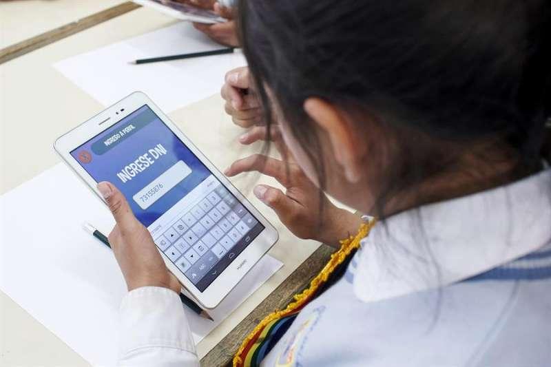 Una niña que usa una tableta conectada a internet en una escuela. EFE/Archivo